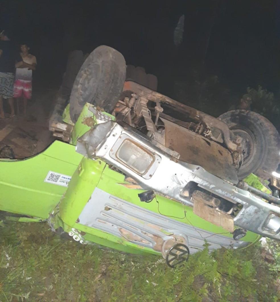 Caminhão capotou na região do Corta Corda após não conseguir realizar curva em ladeira — Foto: Reprodução/Redes Sociais