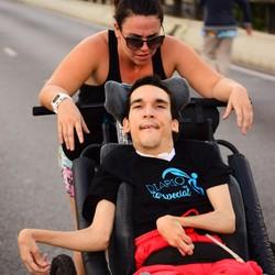 Taís Faria e o irmão, Paulo César, de 32 anos, que tem paralisia cerebral