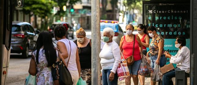 Pessoas usam máscaras para andar pelas ruas de Copacabana, na Zona Sul do Rio.