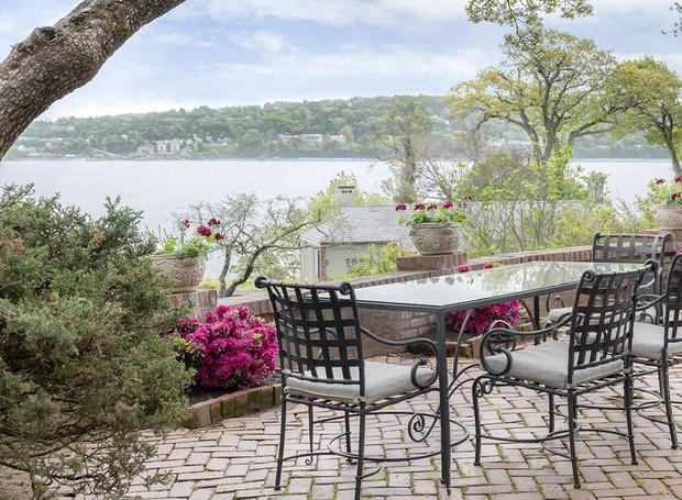 Terraços com vista para o rio são decorados por mesas, cadeiras e áreas de descanso (Foto: Ellis Sotheby's International Realty/ Reprodução)