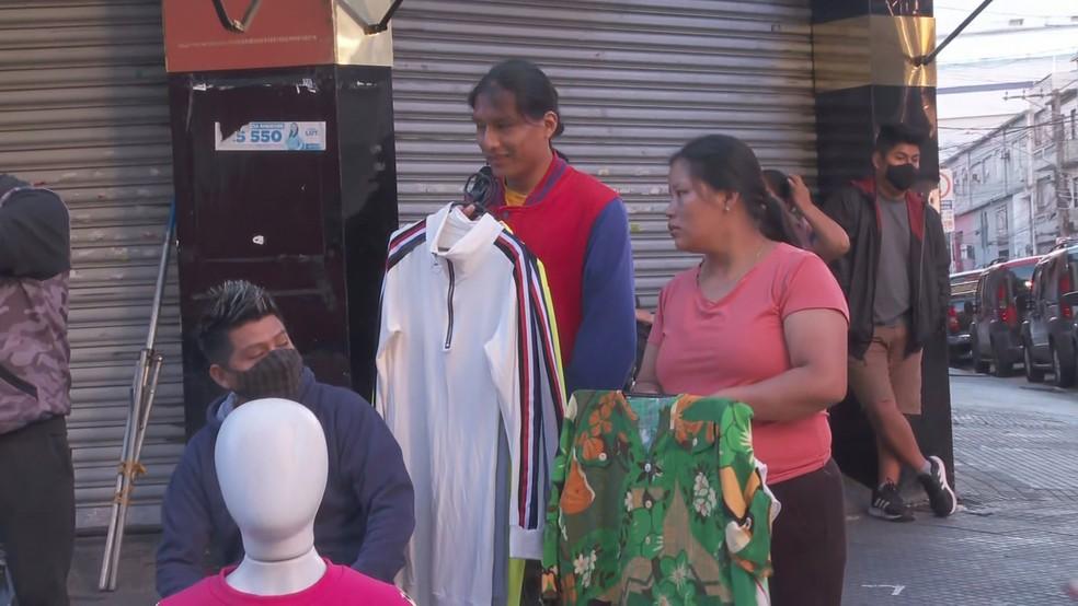 Comerciantes e compradores circulam pelo local sem respeitar as regras de isolamento social e uso obrigatório da máscara  — Foto: Reprodução/TV Globo