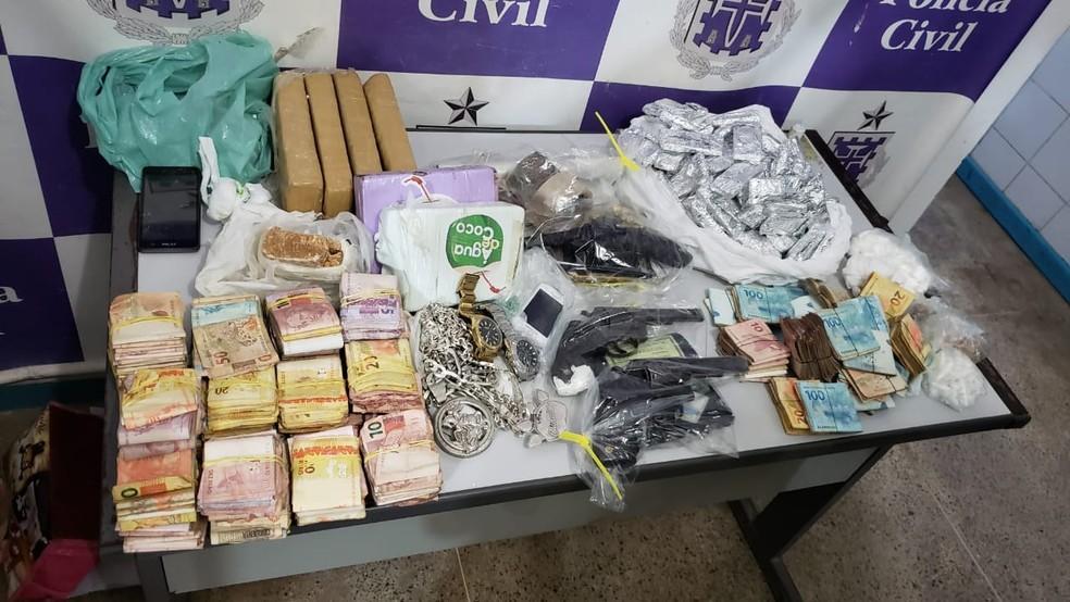 Polícia apreendeu R$ 75 mil, revólveres, munições e 37 kg de drogas — Foto: Divulgação/SSP-BA