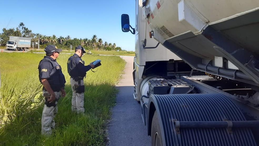 Polícia Rodoviária Federal multou 150 caminhões em operação no RN — Foto: Sérgio Henrique Santos/Inter TV Cabugi