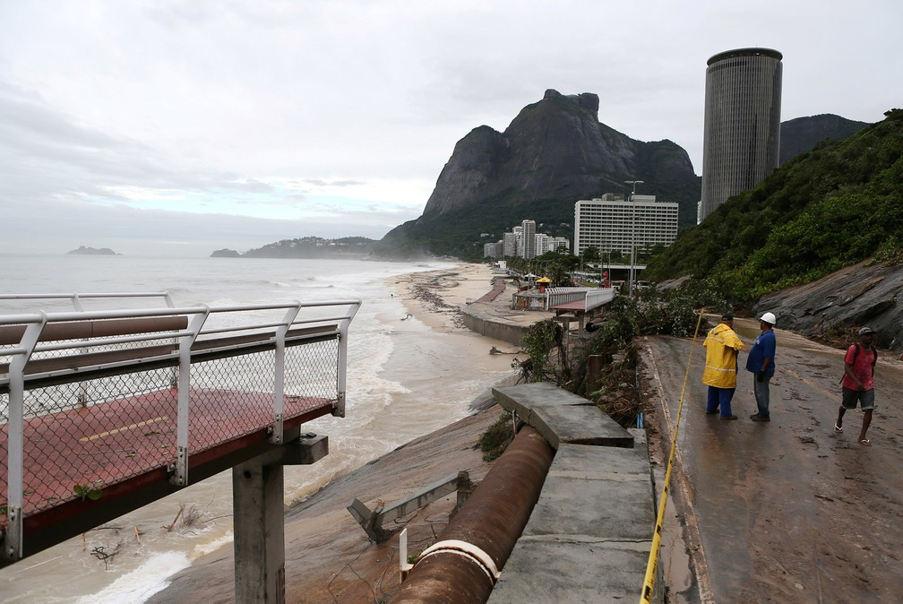Trecho da ciclovia Tim Maia na Avenida Niemeyer foi derrubado pelo temporal no Rio — Foto: Sergio Moraes/Reuters
