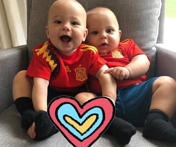 Depois, para 'agradar' a família do pai, Nicholas e Lucy aparecem com as camisetas da Espanha (Foto: Reprodução/Instagram)