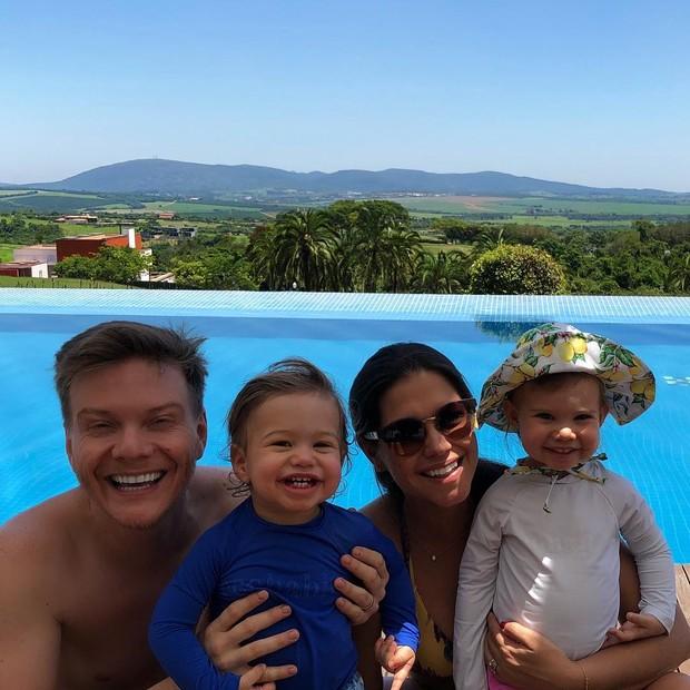 Michel Teló e Thais Fersoza com Teodoro e Melinda (Foto: Reprodução/Instagram)