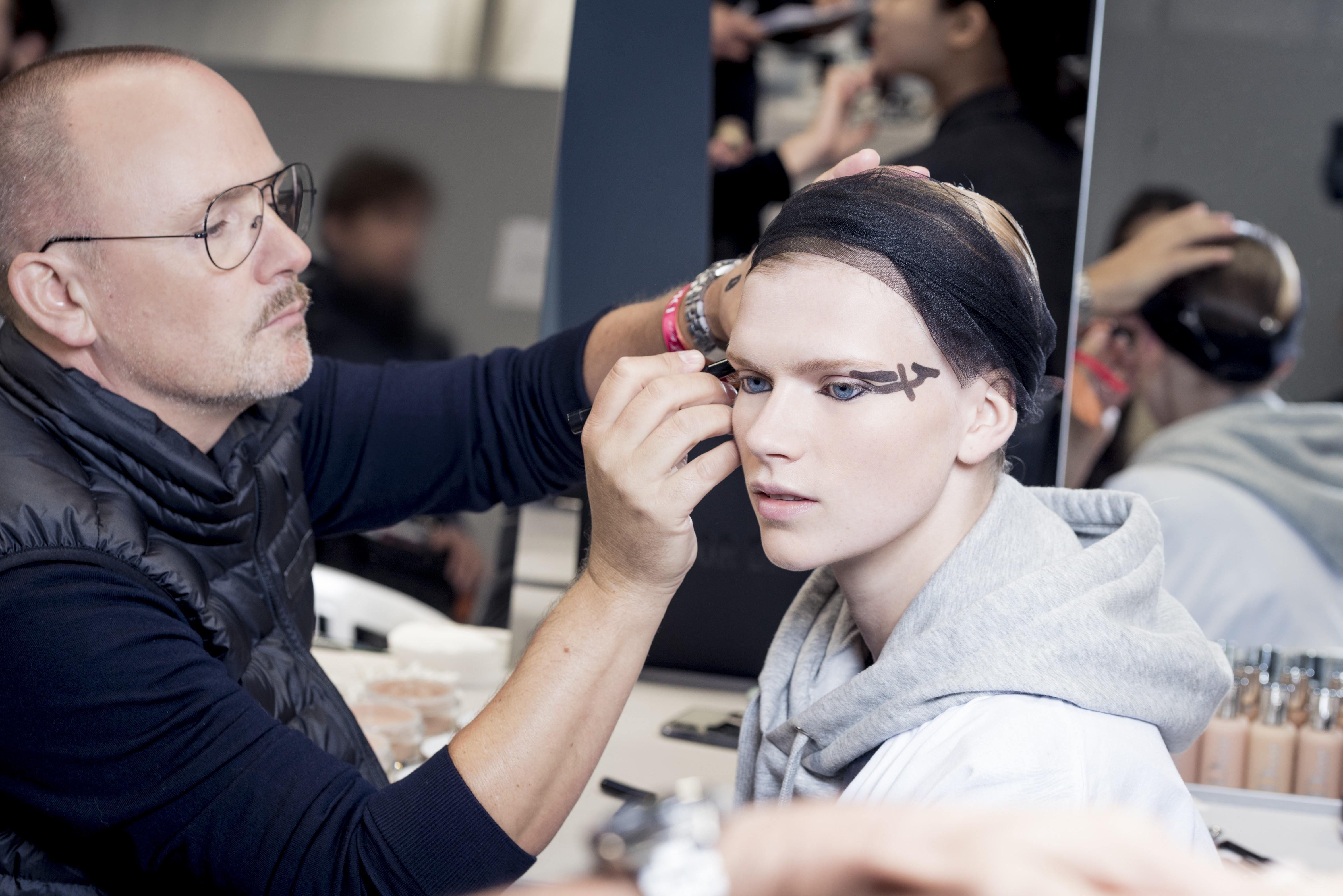 Peter Philips no backstage do desfile da Dior  (Foto: divulgação Dior )