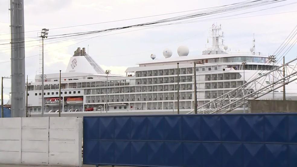Navio está atracado no Porto do Recife e tripulantes e passageiros foram orientados a permanecer em suas cabines — Foto: Reprodução/TV Globo