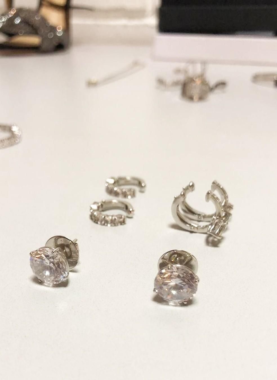 A apresentadora apostou em brincos de diamantes para compor o look!  — Foto: Luana Ferreira/ TV Globo