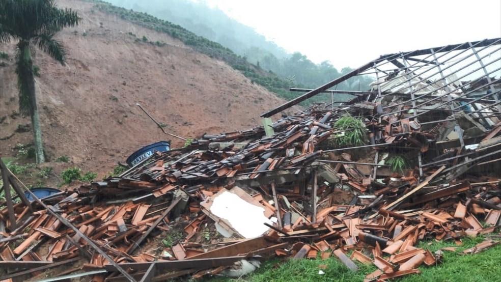 Casa que desabou em Santa Leopoldina, deixando mãe e filho feridos — Foto: Reprodução/ TV Gazeta