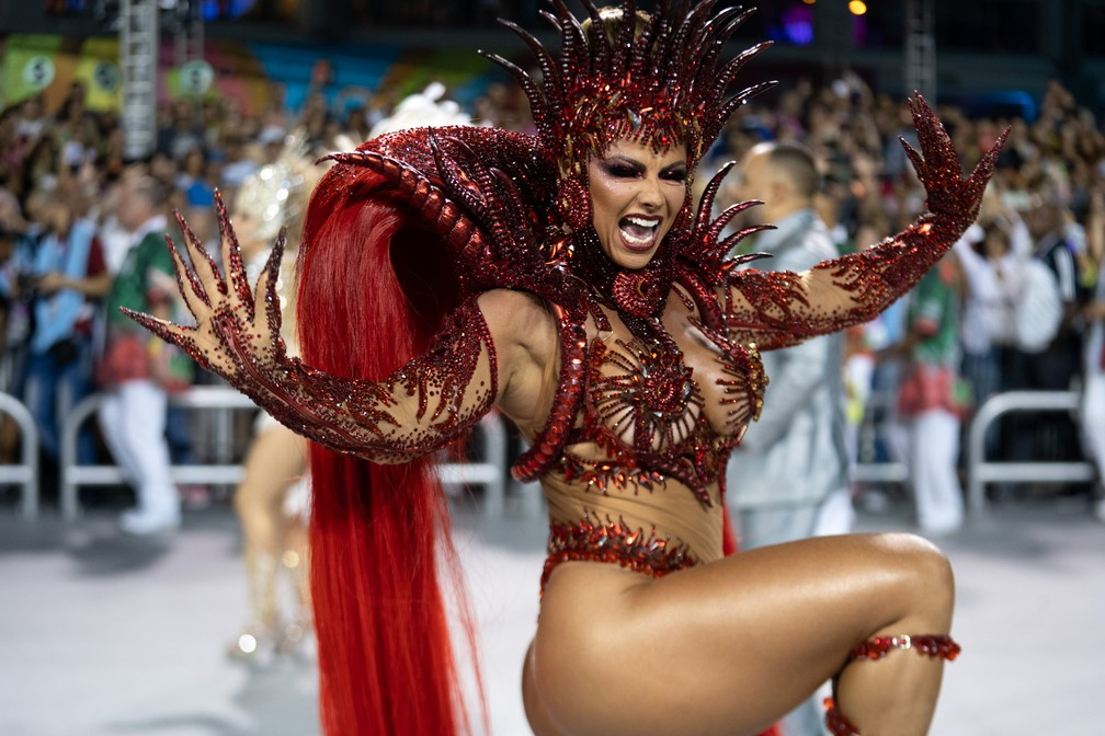 Mancha Verde: Rainha da bateria Viviane Araújo interpreta luxúria na Avenida — Foto: Marcelo Brandt/G1