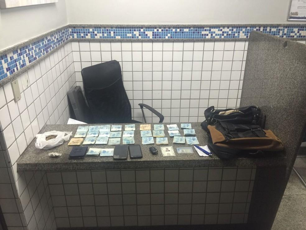 Com o grupo, também foram encontrados dois celulares e um notebook  (Foto: Polícia Militar/Divulgação)