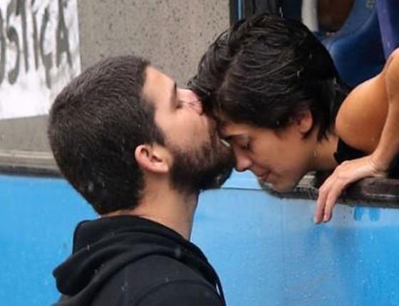 Militantes destacados do junho de 2013, Sininho e Game Over mantiveram o namoro. Agora têm um bebê recém-nascido (Foto: REPRODUÇÃO)