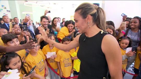 Rodeada de fãs, Marta expõem seus troféus durante homenagem na sede da CBF