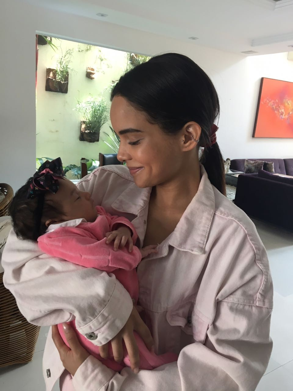 A atriz Carol Macedo e a bebê da nail designer Karla Simões (Foto: Arquivo pessoal)