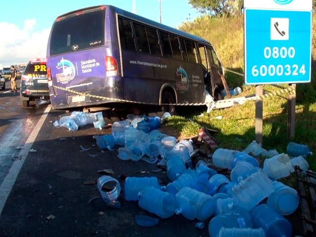 Micro-ônibus bateu em caminhão que transportava água mineral (Foto: Imagens/TV Bahia)