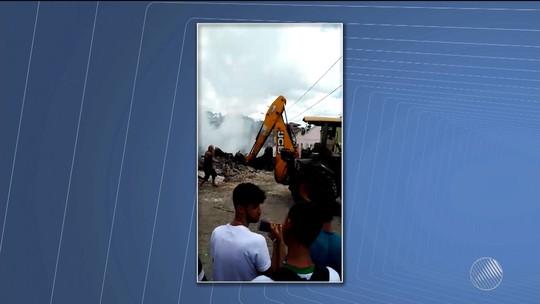 Loja de confecções pega fogo e dono do estabelecimento fica ferido na Bahia; vídeo mostra incêndio