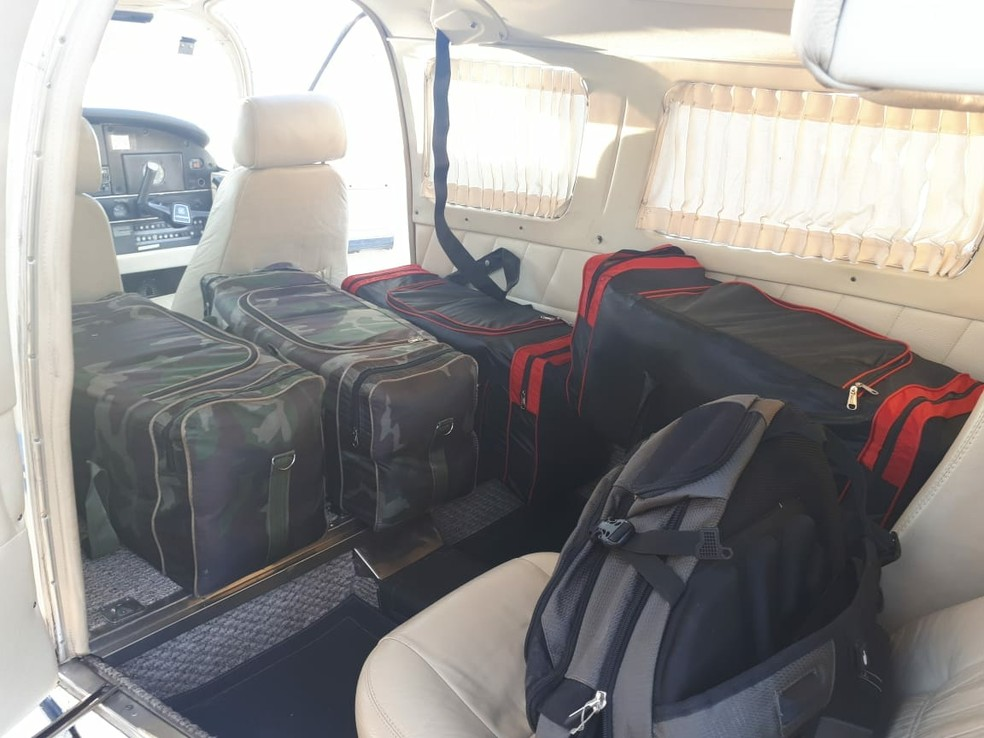 Os policiais encontraram seis malas com 132 tabletes que, segundo o piloto, seria maconha (Foto: Polícia Militar de MT)