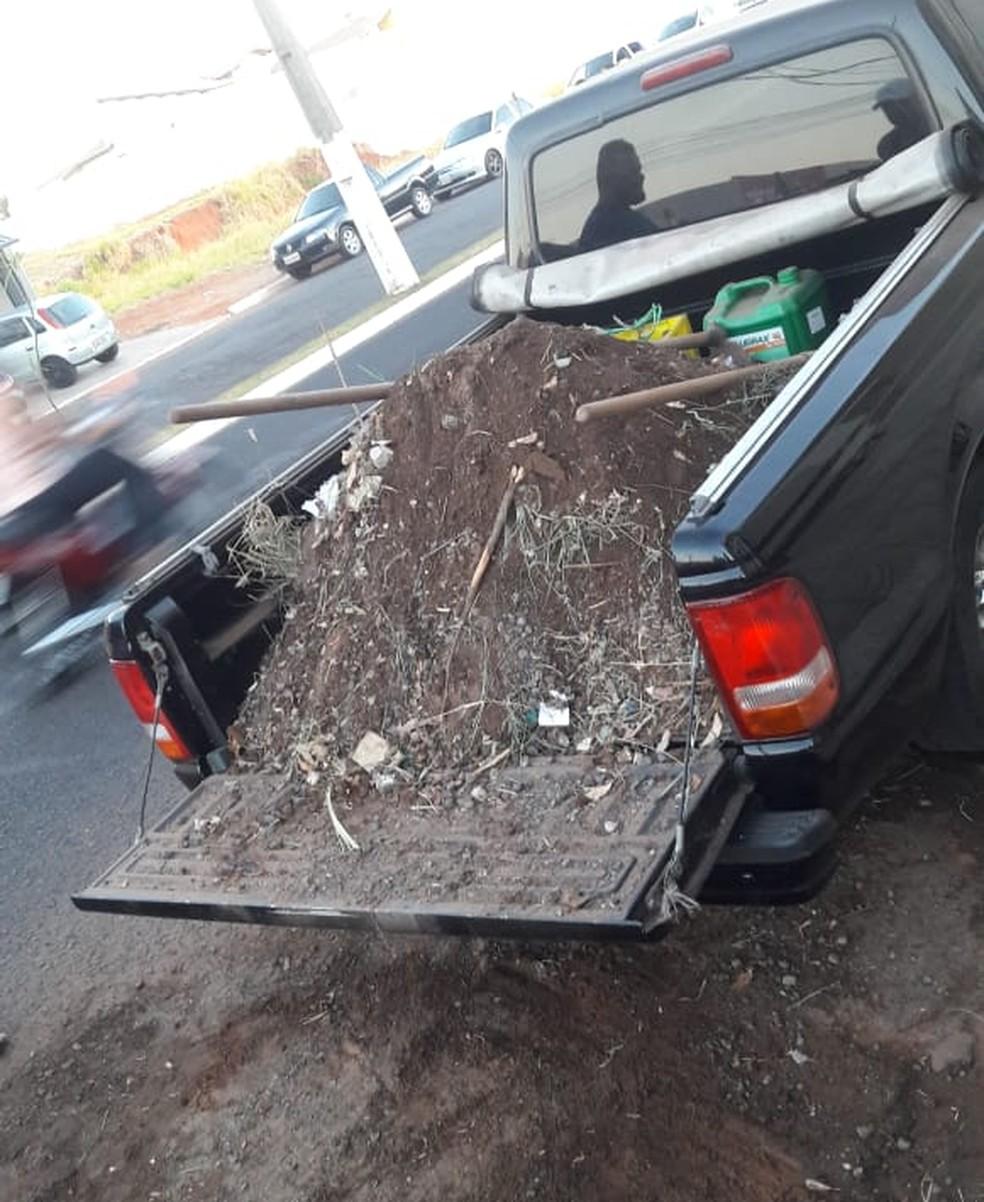 Comerciante transportou entulho da lanchonete até a prefeitura de Fernandópolis (SP) (Foto: Luiz Carlos Fanti/Arquivo Pessoal)