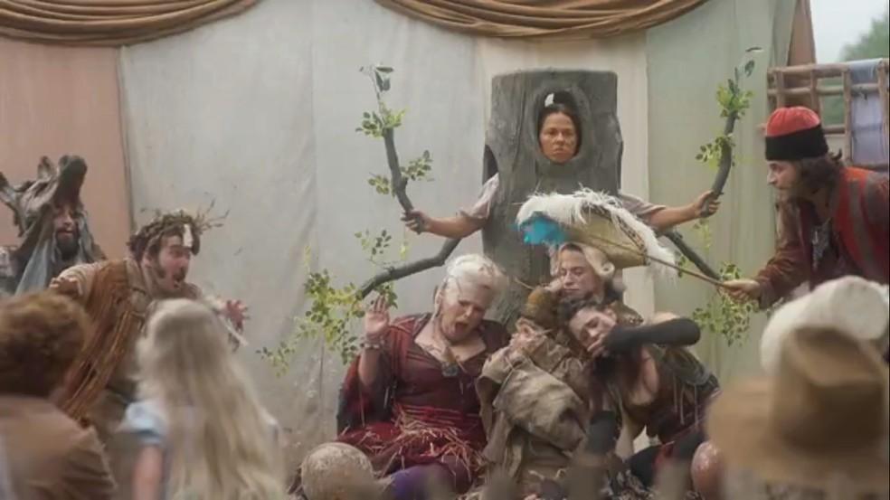 Germana (Vivianne Pasmanter) ganha um papel de árvore e discute com a plateia,  em 'Novo Mundo' — Foto: TV Globo