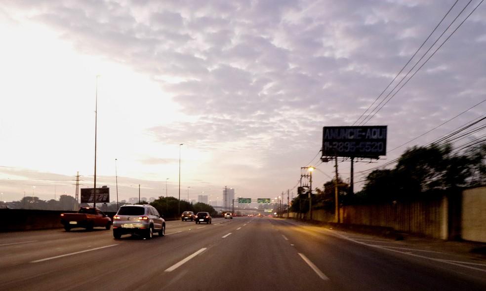 Manhã com trânsito tranquilo no início de maio de 2020 na Marginal Pinheiros, Zona Oeste de São Paulo — Foto: Eliane Neves/Fotoarena/Fotoarena/Estadão Conteúdo