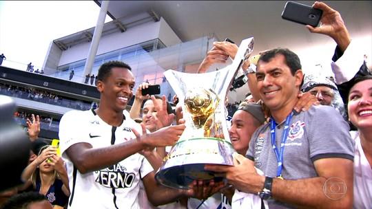 """Com direito a pôster à la Rivaldo, pai mantém """"museu"""" de Jô em casa"""