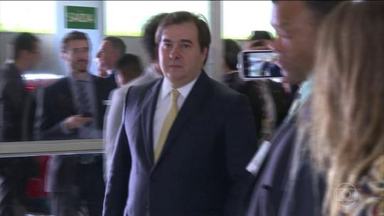 Jair Bolsonaro comenta declaração de Rodrigo Maia sobre seus filhos