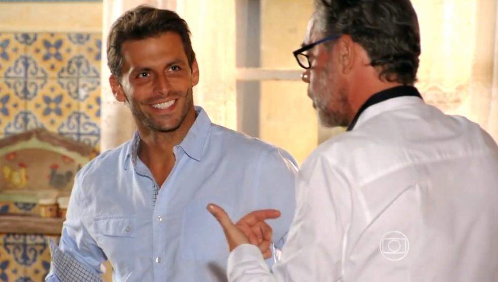 Cassiano (Henri Castelli) comemora compra do bar e sociedade com Duque (Jean Pierre Noher) em 'Flor do Caribe' — Foto: Globo