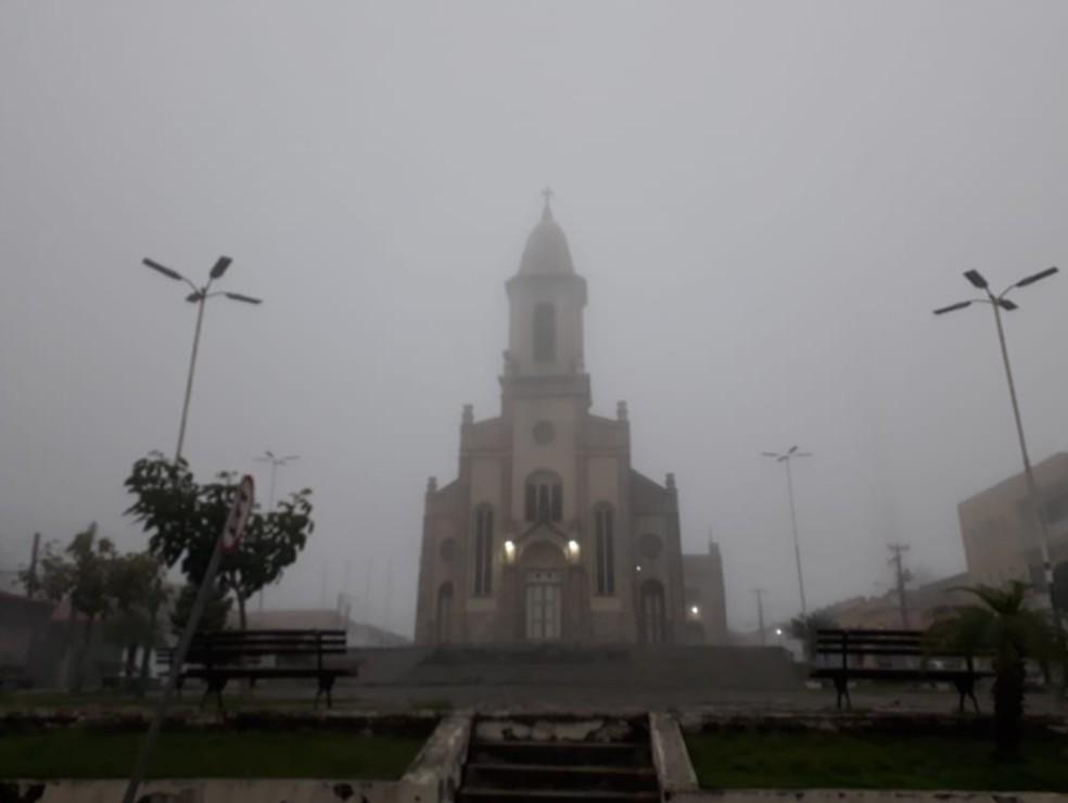 Igreja Matriz de Ubajara, na Região da Ibiapaba. Amanheceu com forte neblina nesta quarta-feira. — Foto: Arquivo pessoal