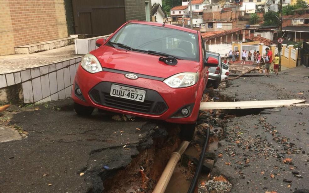 Carros ficaram presos em vala aberta no bairro de Daniel Lisboa, em Salvador — Foto: Dalton Soares/TV Bahia