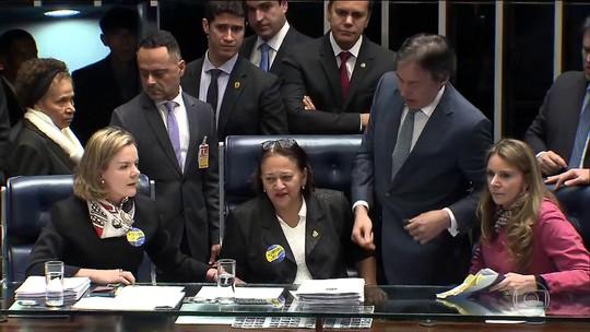 Senadoras ocupam mesa do plenário, mas reforma trabalhista é aprovada