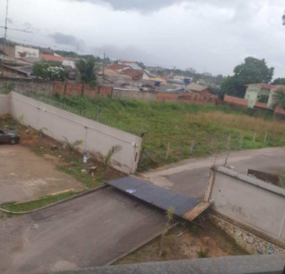 Portão de residencial cai durante temporal em Rio Branco — Foto:  Juliana dos Anjos/Arquivo pessoal