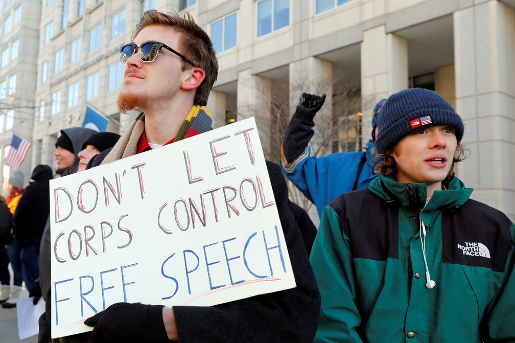 Manifestantes protestam contra fim da neutralidade de rede em Washington, capital dos Estados Unidos. (Foto: Yuri Gripas/Reuters)