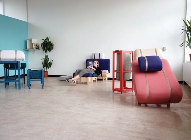A rafeiphobia: Unexpected Office apresenta cadeiras para quem prefere trabalhar em posições menos usuais, dispensando as escrivaninhas (Foto: Deezen/ Reprodução)