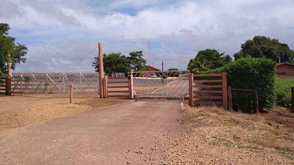Entrada da Fazenda Fortaleza Santa Terezinha — Foto: Juliana Peixoto/Inter TV