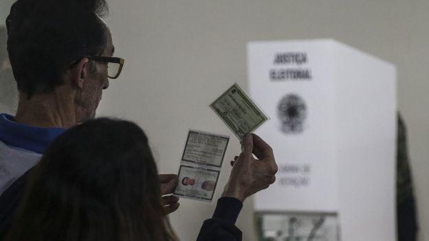 Ideia de 'voto útil' ou 'voto no menos pior' deve continuar sendo uma constante no segundo turno (Foto: EPA via BBC News Brasil)