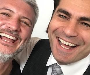 Thiago Lacerda e o diretor Fred Mayrink posam nos bastidores de 'Orgulho e paixão'. Veja a seguir mais fotos das gravações da reta final da novela | Reprodução Instagram