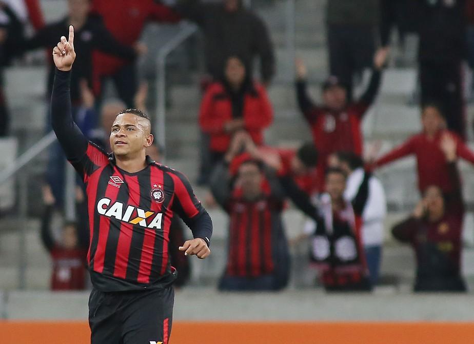Agora é no campo: Walter revê Atlético-PR pela primeira vez jogando pelo Dragão
