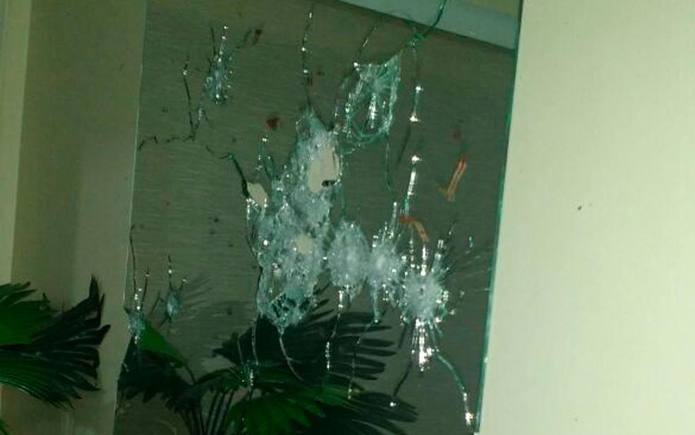 Suspeito atirou contra espelho e um dos tiros atingiu comparsa na Bahia (Foto: Fabiano Neves / DestaqueBahia)