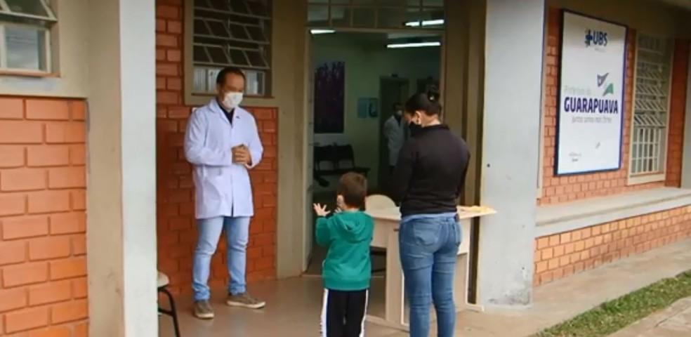 Assim como o Willian, mais de 105 mil profissionais trabalham na área de enfermagem no Paraná, segundo a Sesa — Foto: Divonei Ravanello/RPC