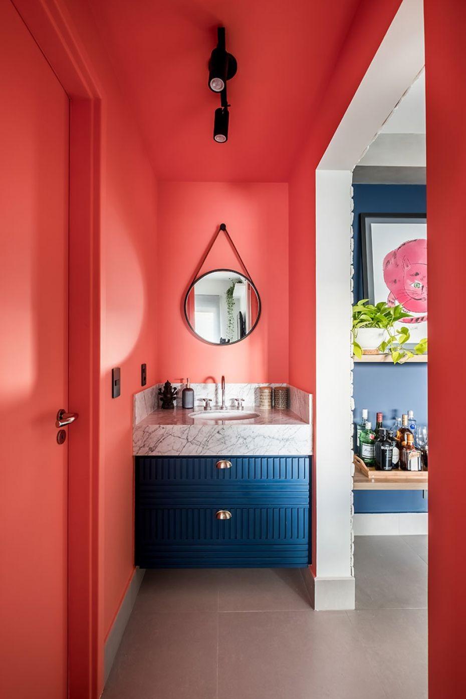 Décor do dia: banheiro pequeno com paredes em coral (Foto: Nathalie Artaxo/Divulgação)