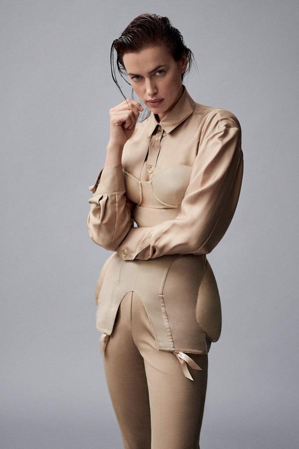 Irina Shayk usa corset, camisa e calça, tudo Burberry (Foto: Giampaolo Sgura)