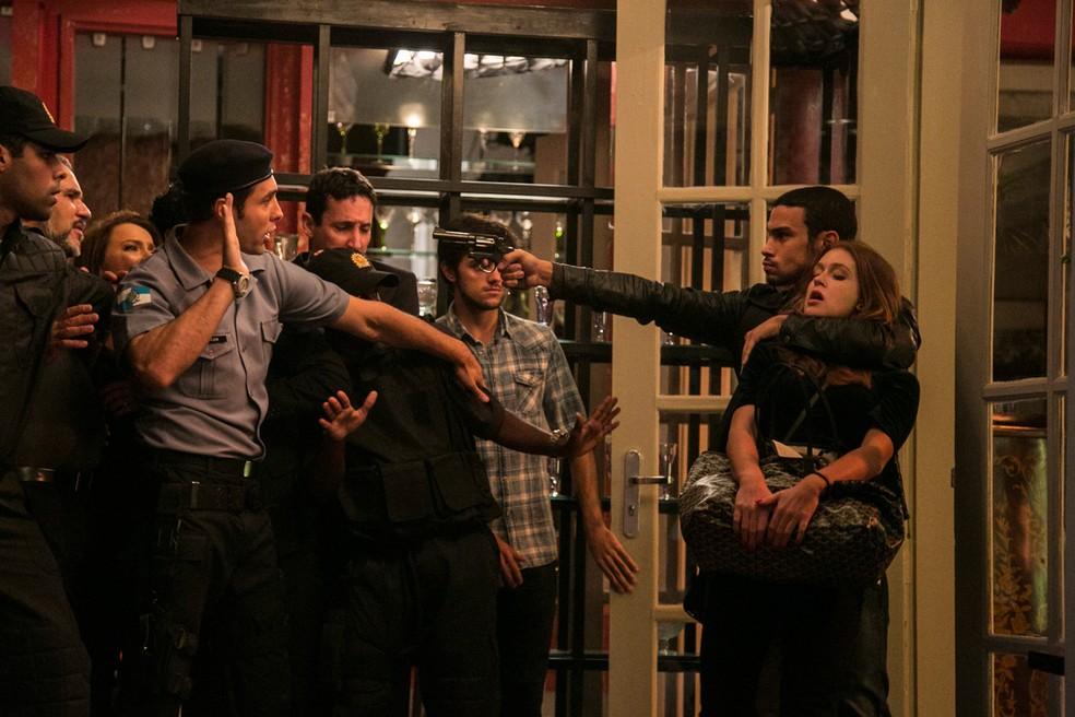 Jacaré (Sérgio Malheiros) leva Eliza (Marina Ruy Barbosa) de refém com joias que roubou da mansão — Foto: Raphael Dias / Gshow