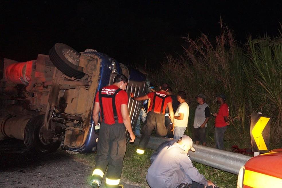 -  Motorista ficou ferido no acidente na BR-494 entre Oliveira e Carmo da Mata  Foto: Marcelo Praxedes