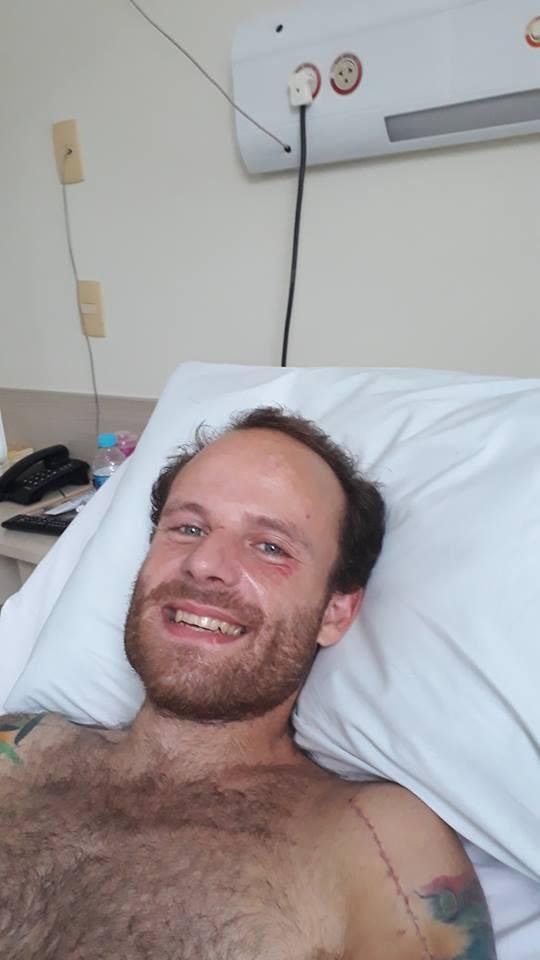 Vitor Morosini aparece sorridente em hospital (Foto: Reprodução / Facebook)