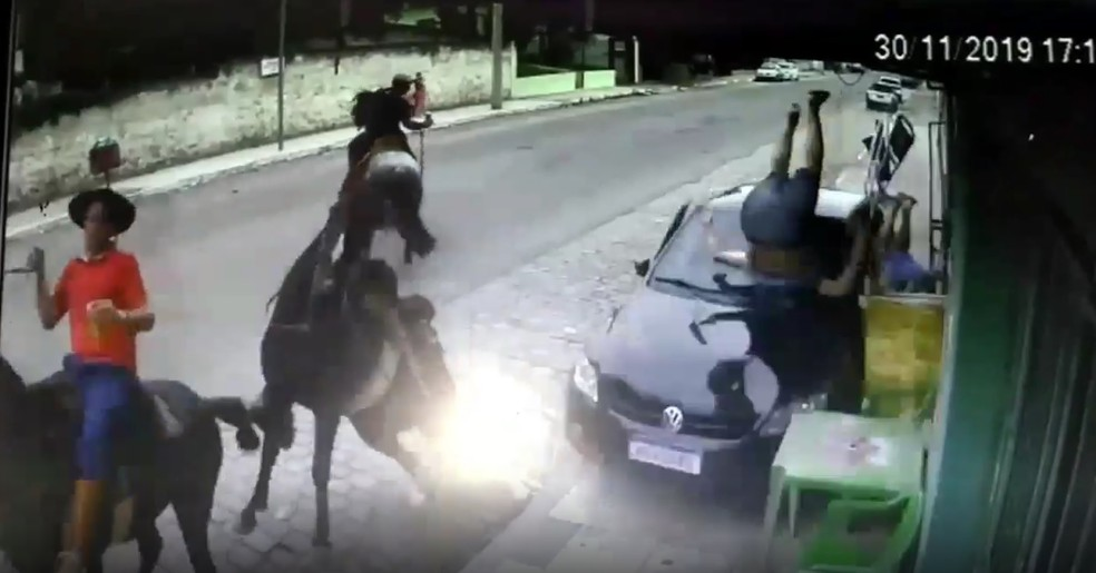 Carro sobe calçada e atropela clientes de bar em São Gabriel — Foto: Reprodução/Câmera de segurança