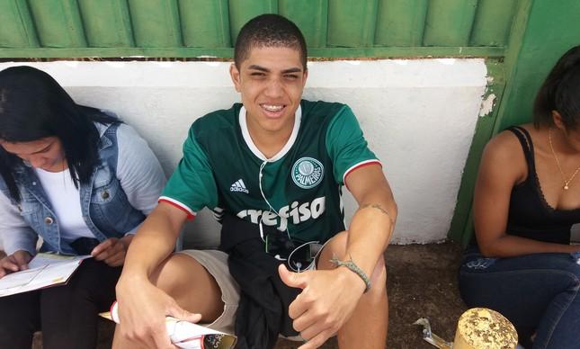Candidato usa camiseta do Palmeiras: ele vai perder o jogo de hoje por causa da prova