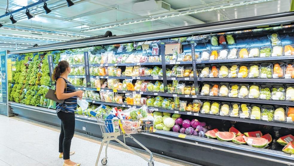 Supermercado em Fortaleza; vendas do segmento puxaram a queda do varejo em abril, segundo o IBGE — Foto: Walter Craveiro