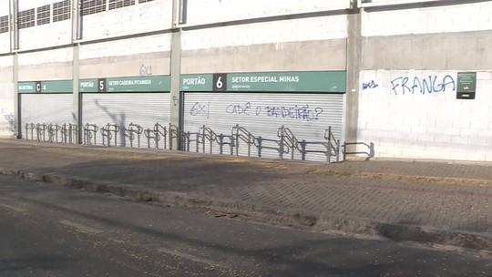 Atlético-MG x Cruzeiro: rua no entorno do Independência amanhece com pichações e milho no chão