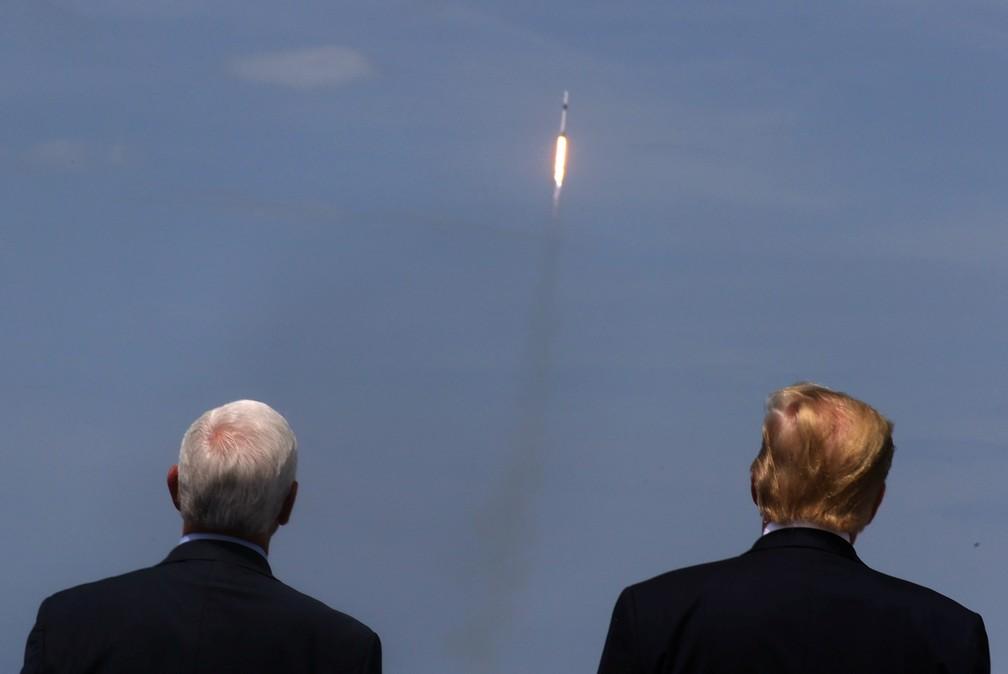 Mike Pence e Donald Trump, vice e presidente dos EUA, acompanham o lançamento do foguete da SpaceX na Flórida neste sábado (30) — Foto: Jonathan Ernst/Reuters